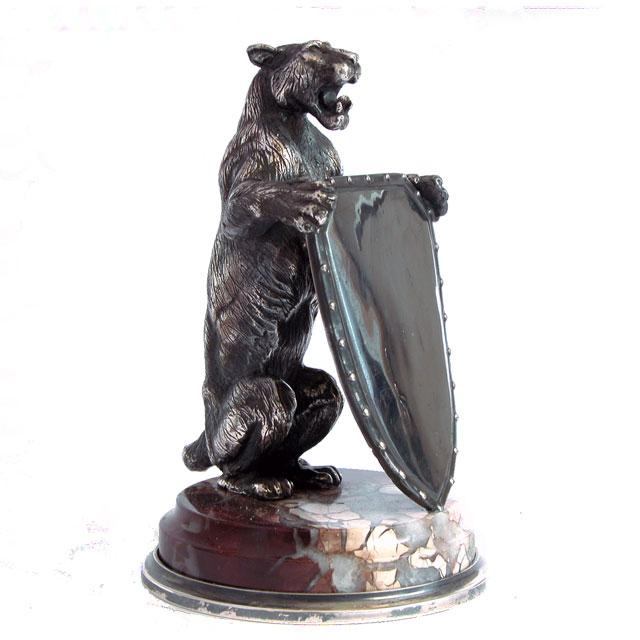 Львица со щитом