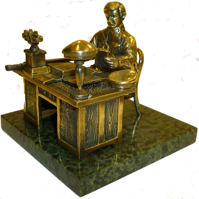 Чекист за столом