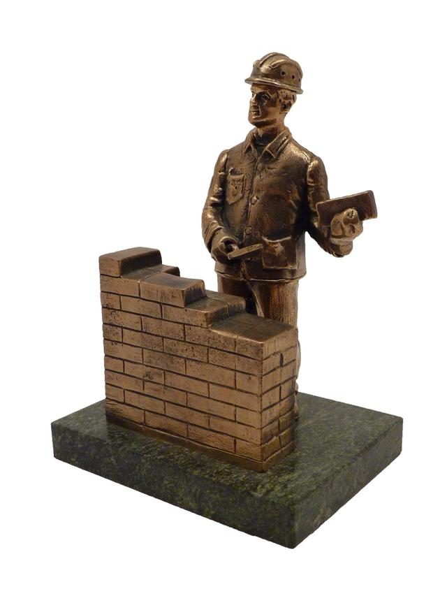 Строитель-каменщик с кладкой