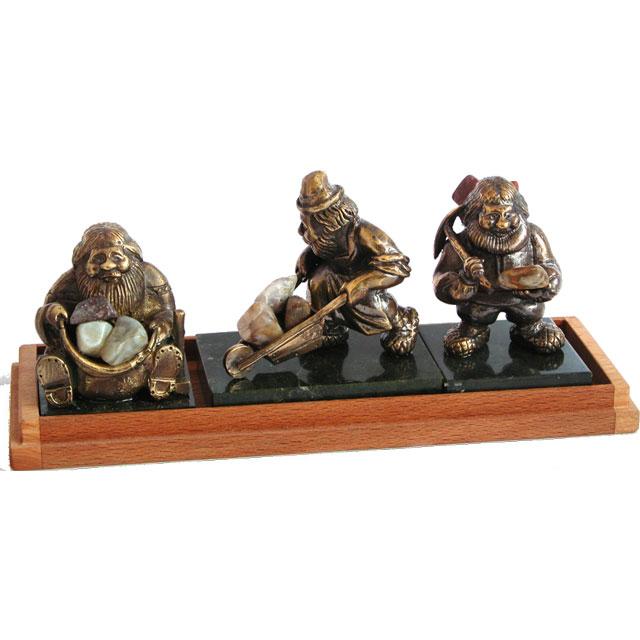 Набор  из трех сувениров- фигурок с футляром